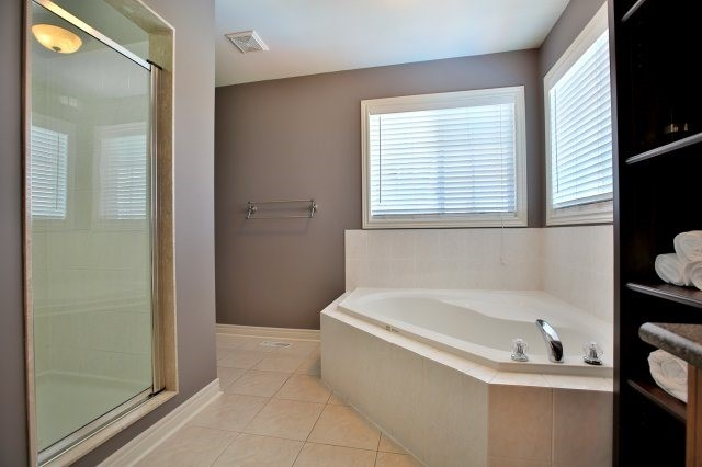 Detached at 1372 Liverpool St, Oakville, Ontario. Image 7