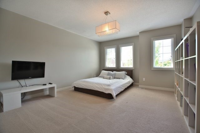 Detached at 1372 Liverpool St, Oakville, Ontario. Image 8