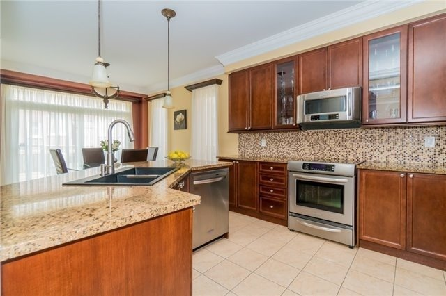 Detached at 3237 Paul Henderson Dr, Mississauga, Ontario. Image 4