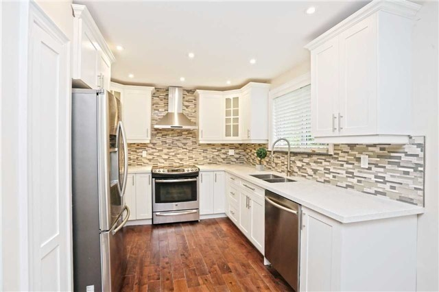 Detached at 3296 Cardross Rd, Mississauga, Ontario. Image 17