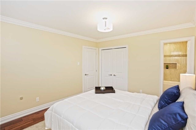 Detached at 3296 Cardross Rd, Mississauga, Ontario. Image 20