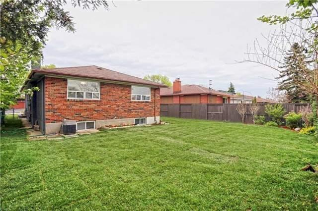 Detached at 3296 Cardross Rd, Mississauga, Ontario. Image 13