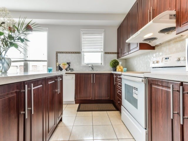 Semi-detached at 3364 Southwick St, Mississauga, Ontario. Image 12