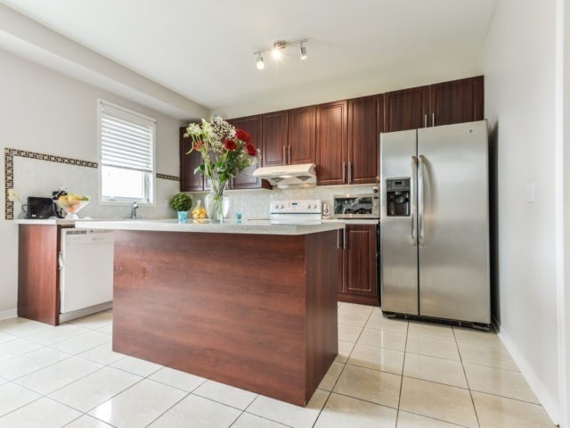 Semi-detached at 3364 Southwick St, Mississauga, Ontario. Image 2