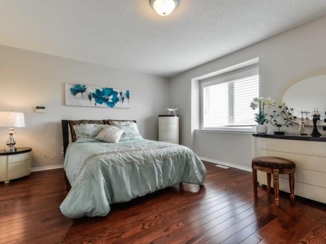 Semi-detached at 3364 Southwick St, Mississauga, Ontario. Image 4