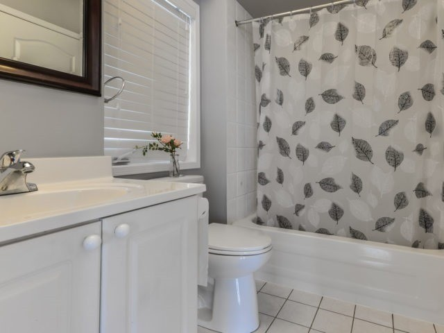 Semi-detached at 3364 Southwick St, Mississauga, Ontario. Image 5