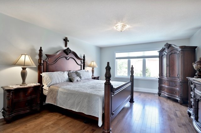 Detached at 2056 Ashmore Dr, Oakville, Ontario. Image 2
