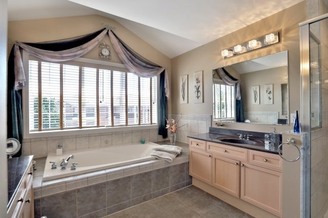Detached at 2056 Ashmore Dr, Oakville, Ontario. Image 3