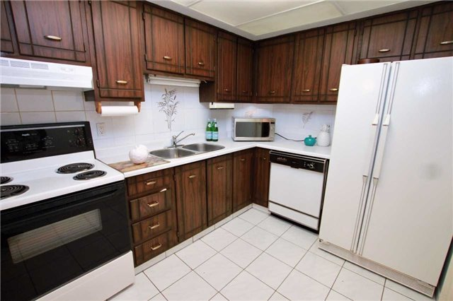 Condo Townhouse at 1250 Mississauga Valley Blvd, Unit 33, Mississauga, Ontario. Image 16