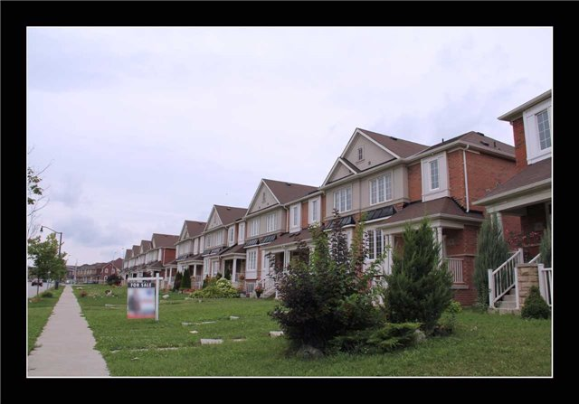 Townhouse at 18 Bellchase Tr, Brampton, Ontario. Image 12