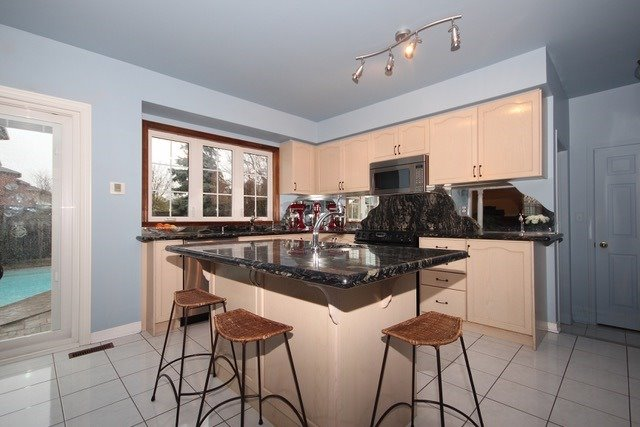 Detached at 2097 Shorncliffe Blvd, Oakville, Ontario. Image 2