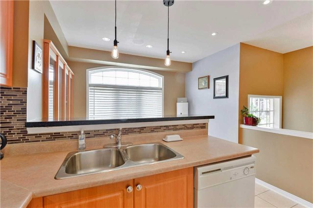 Townhouse at 7198 Deanlee Crt, Mississauga, Ontario. Image 19