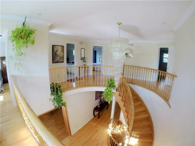 Detached at 2222 Castlefield Cres, Oakville, Ontario. Image 2