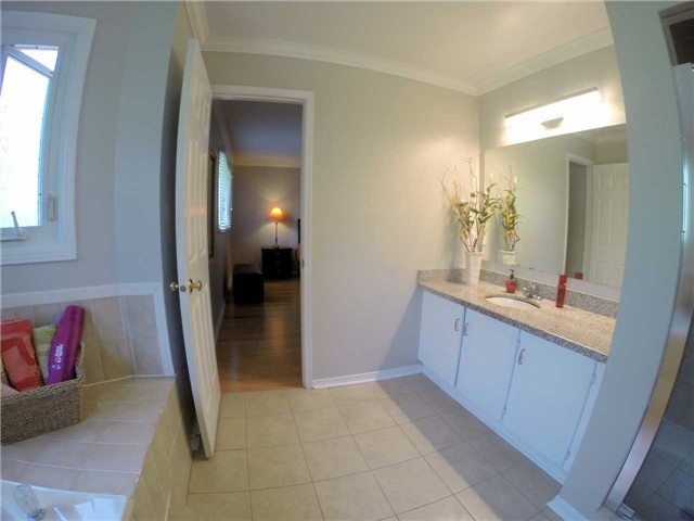 Detached at 2222 Castlefield Cres, Oakville, Ontario. Image 6