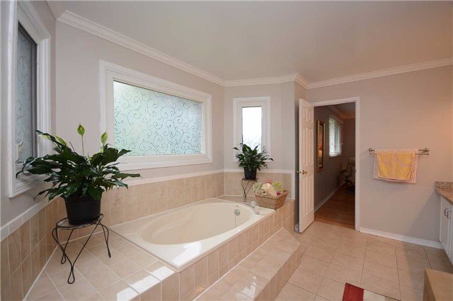 Detached at 2222 Castlefield Cres, Oakville, Ontario. Image 8