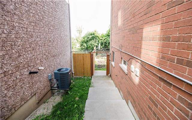 Semi-detached at 77 Ashdale Rd, Brampton, Ontario. Image 10
