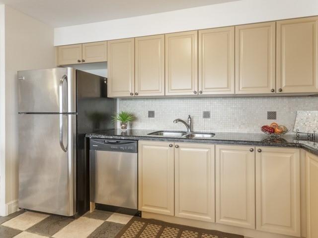 Condo Apartment at 200 Robert Speck Pkwy, Unit 904, Mississauga, Ontario. Image 15