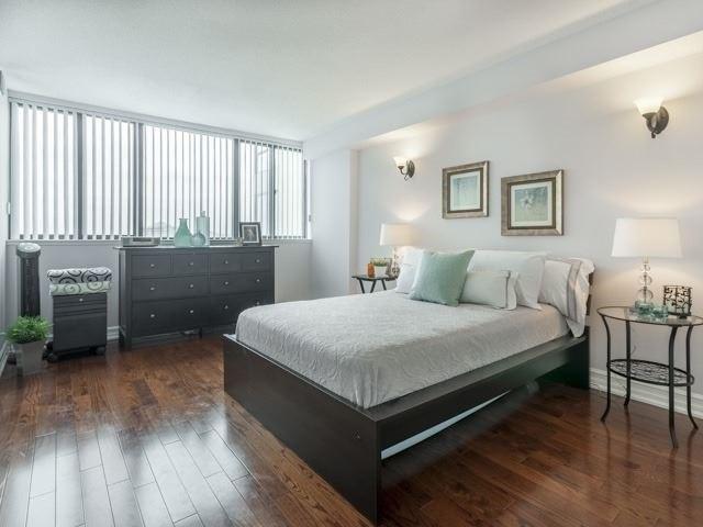 Condo Apartment at 200 Robert Speck Pkwy, Unit 904, Mississauga, Ontario. Image 2
