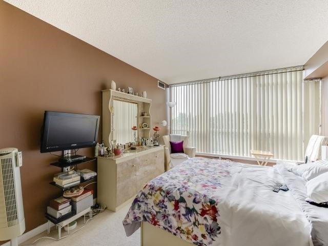 Condo Apartment at 10 Laurelcrest St, Unit 404, Brampton, Ontario. Image 5