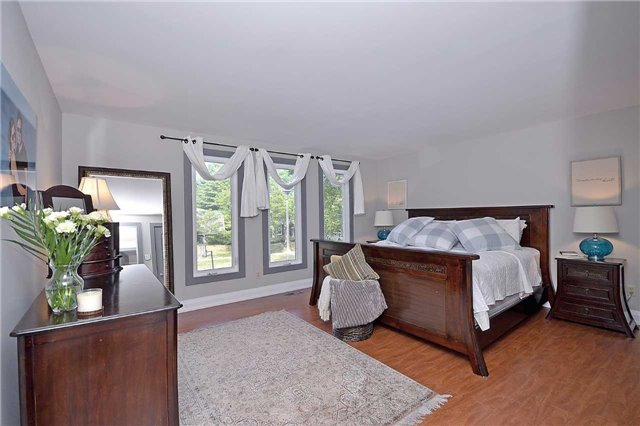Detached at 236 Chebucto Dr, Oakville, Ontario. Image 3