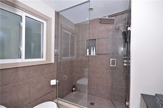 Detached at 236 Chebucto Dr, Oakville, Ontario. Image 4