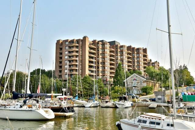 Condo Apartment at 100 Lakeshore Rd E, Unit 905, Oakville, Ontario. Image 1