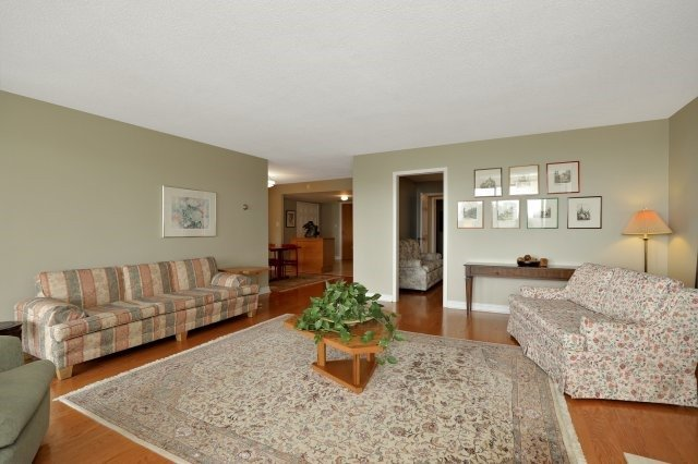 Condo Apartment at 100 Lakeshore Rd E, Unit 905, Oakville, Ontario. Image 18