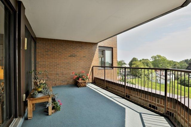 Condo Apartment at 100 Lakeshore Rd E, Unit 905, Oakville, Ontario. Image 3