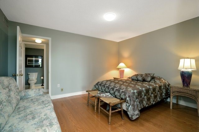 Condo Apartment at 100 Lakeshore Rd E, Unit 905, Oakville, Ontario. Image 5