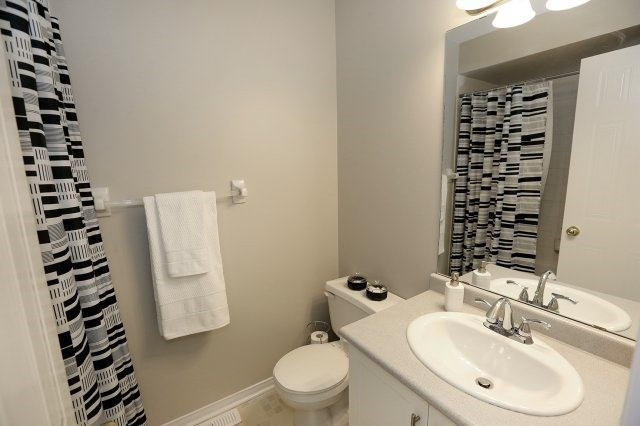 Condo Townhouse at 2350 Grand Ravine Dr, Unit 72, Oakville, Ontario. Image 4