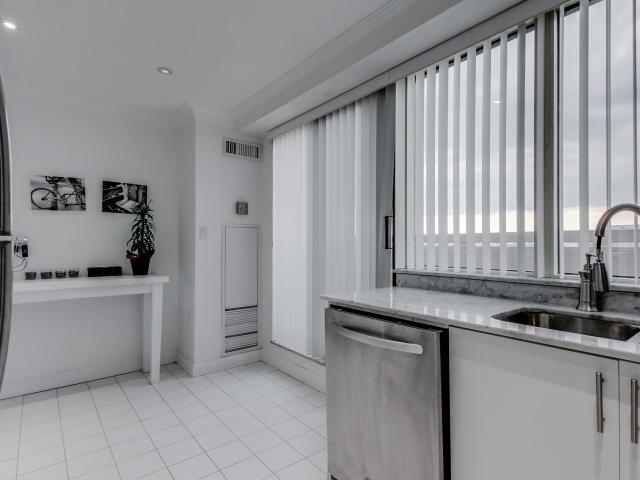Condo Apartment at 2269 Lake Shore Blvd W, Unit Ph3301, Toronto, Ontario. Image 2