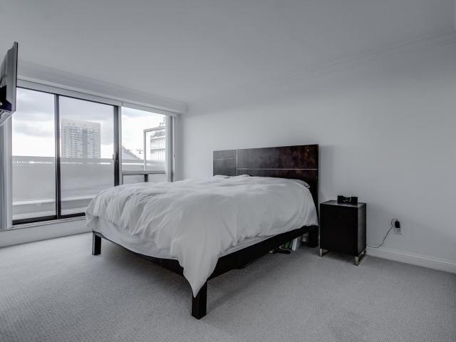 Condo Apartment at 2269 Lake Shore Blvd W, Unit Ph3301, Toronto, Ontario. Image 3