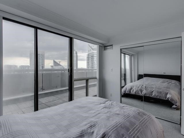 Condo Apartment at 2269 Lake Shore Blvd W, Unit Ph3301, Toronto, Ontario. Image 6