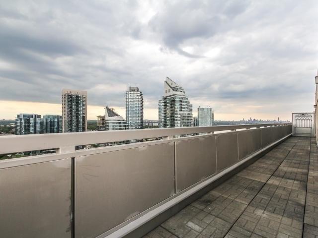 Condo Apartment at 2269 Lake Shore Blvd W, Unit Ph3301, Toronto, Ontario. Image 9