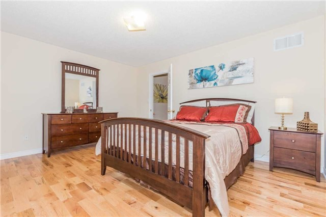 Detached at 1031 Eager Rd, Milton, Ontario. Image 5