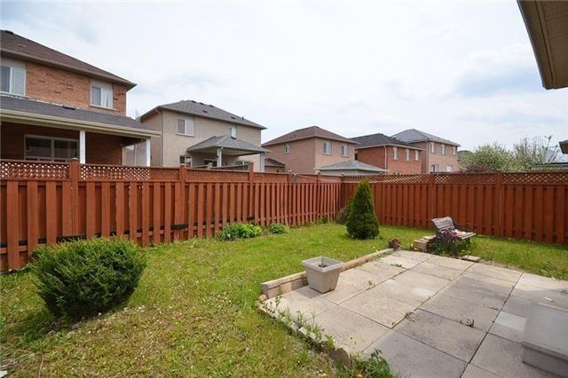 Semi-detached at 11 Topiary Lane, Brampton, Ontario. Image 7