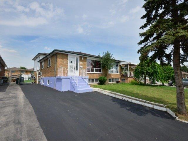 Semi-detached at 3383 Jolliffe Ave, Mississauga, Ontario. Image 12