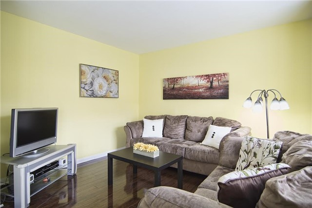 Detached at 5563 Farmcote Dr, Mississauga, Ontario. Image 4
