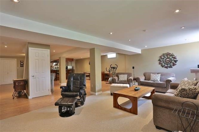 Detached at 1645 Hollywell Ave, Mississauga, Ontario. Image 9