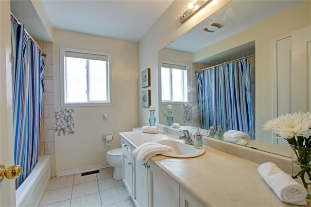 Semi-detached at 3984 Skyview St, Mississauga, Ontario. Image 10