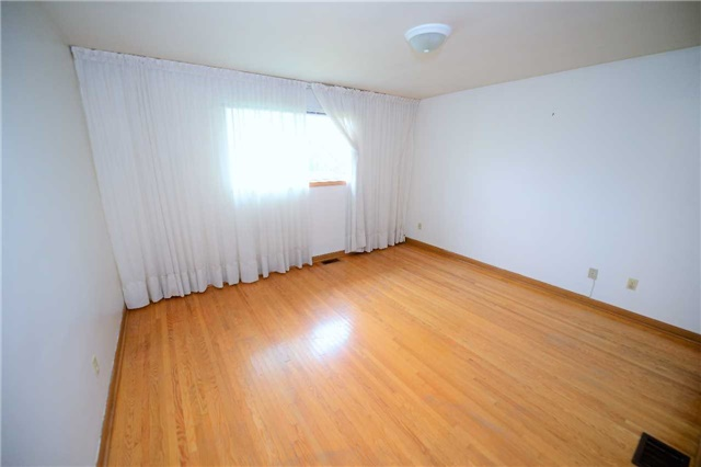 Detached at 560 Cullen Ave, Mississauga, Ontario. Image 10