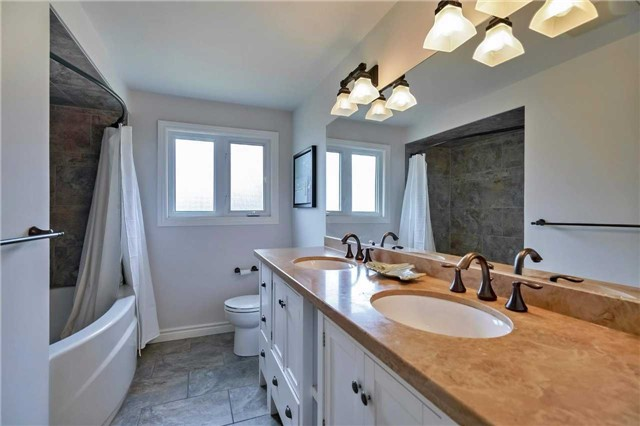 Detached at 215 Weybourne Rd, Oakville, Ontario. Image 2