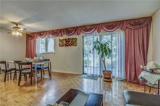 Semi-detached at 949 Stainton Dr, Mississauga, Ontario. Image 16