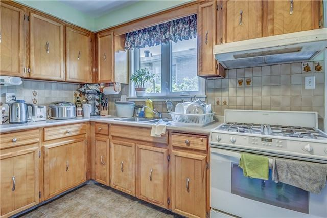 Semi-detached at 949 Stainton Dr, Mississauga, Ontario. Image 3