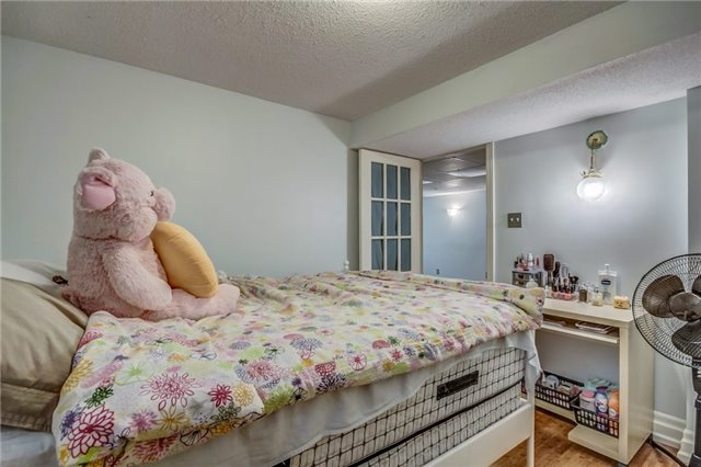 Semi-detached at 949 Stainton Dr, Mississauga, Ontario. Image 10