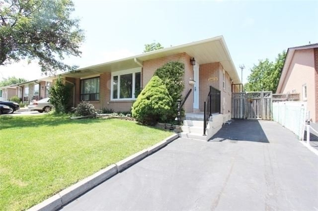 Semi-detached at 2413 Padstow Cres, Mississauga, Ontario. Image 10