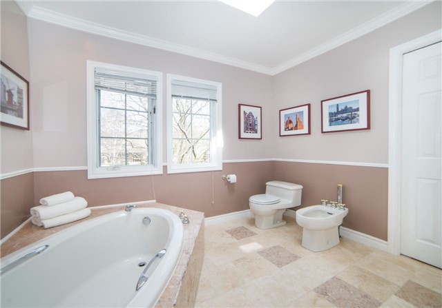 Detached at 2442 Thorn Lodge Dr, Mississauga, Ontario. Image 3
