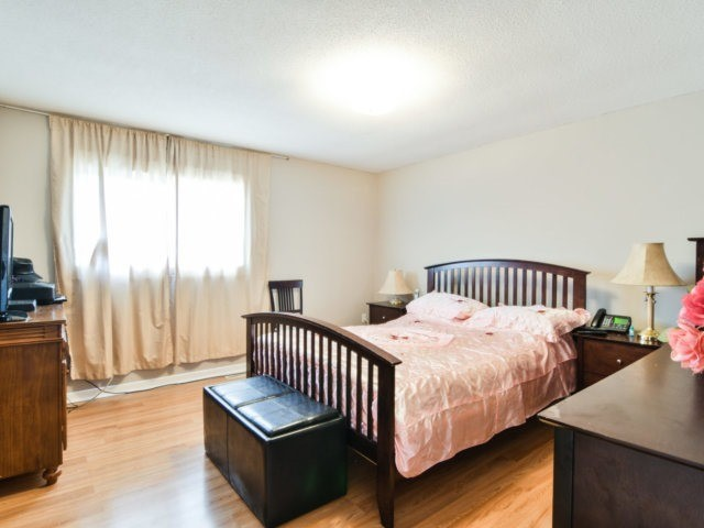 Semi-detached at 22 Lamont Pl, Brampton, Ontario. Image 3