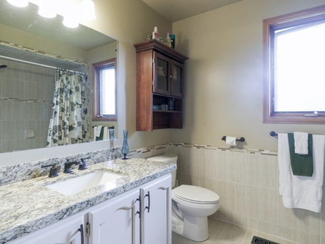 Detached at 1319 Greenwood Cres, Oakville, Ontario. Image 7