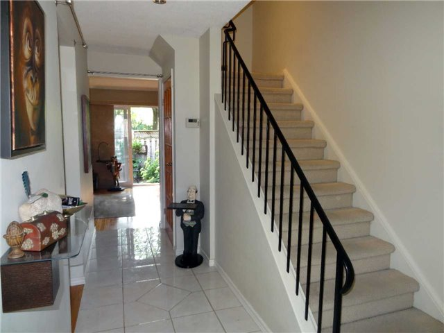 Condo Townhouse at 1050 Shawnmarr Rd, Unit 123, Mississauga, Ontario. Image 3